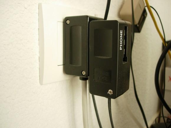 Prise téléphonique dans le bureau. De gauche à droite, on a la prise murale, notre adapateur puis la prise téléphonique de la freebox.