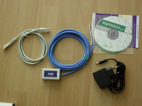 Contenu du colis : le thermomètre IP, une alim, un petit câble réseau et un CD